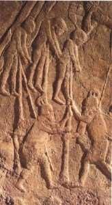 Impalamento dei nemici da parte degli Assiri, dettaglio tratto da un rilievo conservato al British Museum - Immagine in pubblico dominio, fonte Wikipedia
