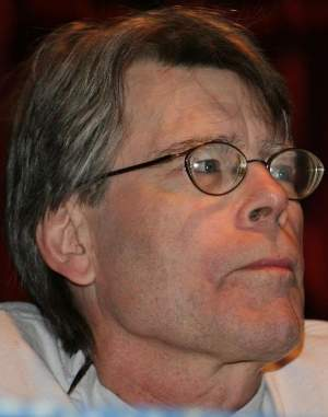 "Stephen King, il re dell'horror - Immagine rilasciata sotto licenza Creative Commons Attribution 2.0 Generic, fonte Wikimedia Commons, autore ""Pinguino"""