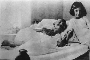 Il Mahatma Gandhi in compagnia della piccola Indira in un momento di riposo della sua complicata, eppure eccezionale, infanzia. - immagine in pubblico dominio, fonte Wikipedia